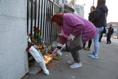 Os povos em Belgrado pagam o tributo às vítimas em Paris Imagem de Stock