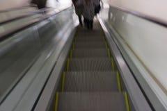 Os povos em escadas e em escada rolante movente no intercâmbio postam perto do negócio e do shopping em Paris Cena urbana, cidade imagens de stock royalty free