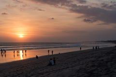 Os povos em Kuta encalham, Seminyak no por do sol em Bali, Indonésia Foto de Stock Royalty Free