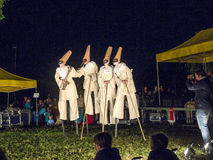 Os povos em pernas de pau executam custo vestindo do carnaval de Romeo e de Juliet Imagem de Stock Royalty Free