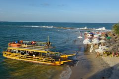 Os povos em uma balsa na praia de Tibau fazem o sul, Brasil imagem de stock royalty free
