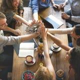 Os povos entregam montam o conceito dos trabalhos de equipa da reunião da conexão foto de stock royalty free