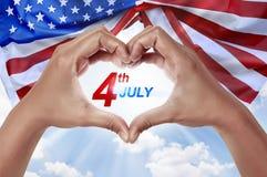 Os povos entregam na forma do coração com o 4o da mensagem de julho Imagem de Stock