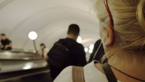Os povos escalam a escada rolante metro video estoque