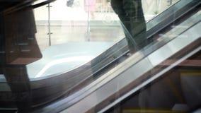 Os povos escalam a escada rolante na alameda vídeos de arquivo