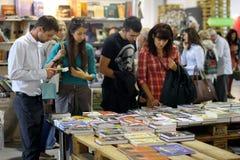 Os povos escolhem os livros no festival Imagem de Stock Royalty Free