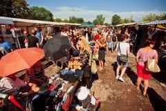 Os povos escolhem a roupa do vintage em uma feira da ladra Foto de Stock Royalty Free
