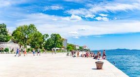Os povos escutam a autoridade marítima na margem em Zadar, Croácia fotos de stock