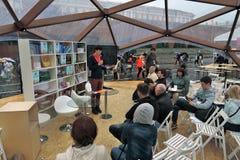Os povos escutam um conferente em livros de Rússia Imagem de Stock Royalty Free