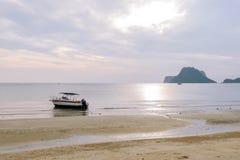 Os povos esperam e olham na costa como barcos de pesca no mar Fotos de Stock