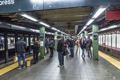 Os povos esperam em uma estação de metro em New York imagens de stock royalty free