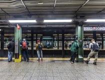 Os povos esperam na estação de metro Wall Street em New York imagens de stock