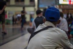 Os povos esperam o tempo de partida na estação terminal em Banguecoque, essa tarifa barata do trem principal doméstica mas Foto de Stock Royalty Free