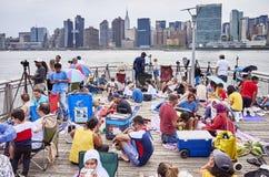 Os povos esperam para olhar o quarto de fogos-de-artifício do Dia da Independência de julho Foto de Stock Royalty Free