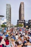 Os povos esperam para olhar o quarto de fogos-de-artifício do Dia da Independência de julho Fotos de Stock
