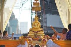 Os povos espirram a água e o perfume à estátua da Buda imagens de stock royalty free