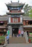 Os povos estão andando quase quadrado em Lijiang, China imagem de stock royalty free
