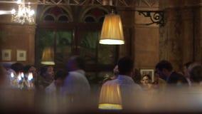 Os povos estão dançando ao ter uma boa estadia junto em uma barra video estoque