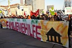 Os povos estão demonstrando contra o corte no orçamento do governo para famílias Fotografia de Stock