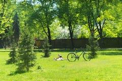 Os povos estão descansando no parque imagem de stock royalty free
