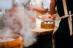 Os povos estão fazendo Xiaolongbao, bolinhas de massa da sopa, bao longo de Xiao, Ch fotografia de stock