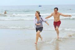 Os povos estão jogando na praia do trang de Nha, uma da praia a mais bonita no mundo Fotografia de Stock