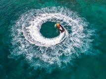 Os povos estão jogando o esqui do jato no mar durante os feriados E beaut Imagem de Stock