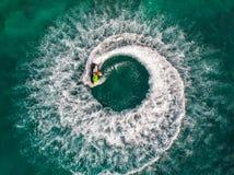 Os povos estão jogando o esqui do jato no mar durante os feriados E beaut Imagens de Stock