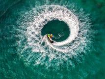 Os povos estão jogando o esqui do jato no mar durante os feriados E beaut Imagem de Stock Royalty Free