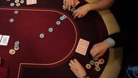Os povos estão jogando o pôquer, apostando Close-up das mãos, vista superior Jogo do casino video estoque