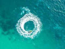 Os povos estão jogando um esqui do jato no mar Silhueta do homem de negócio Cowering Vista superior am Imagem de Stock