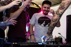 Os povos estão juntando-se na estação do DJ foto de stock royalty free