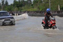 Os povos estão lidando com a inundação em sua cidade de Pathum Thani, Tailândia, em outubro de 2011 fotografia de stock