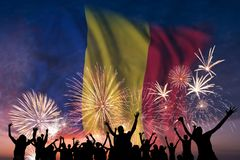 Os povos estão olhando em fogos-de-artifício e em bandeira de Romênia fotografia de stock