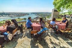 Os povos estão sentando o restaurante de Pierre Loti fotos de stock