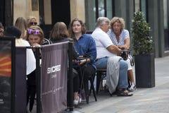Os povos estão sentando-se em um café da rua perto do circo de Piccadilly Fotografia de Stock Royalty Free