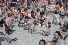 Os povos estão tomando um banho de lama Os banhos de lama são grandes para a pele Dalyan, Turquia Imagem de Stock