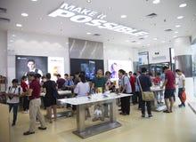 Os povos experimentam dispositivos móveis de Huawei Fotos de Stock Royalty Free