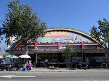 Os povos exploram cremalheiras da rua na loja de Amoeba Music Imagens de Stock