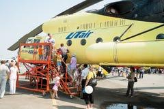 Os povos exploram o helicóptero de MI-10K Imagem de Stock Royalty Free