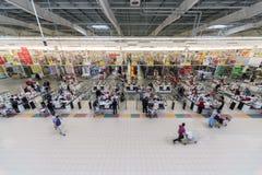Os povos fazem compras no superstore de Auchan Fotos de Stock Royalty Free