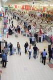 Os povos fazem compras no superstore de Auchan Imagem de Stock Royalty Free