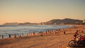 os povos fazem exercícios na nadada da praia da areia no mar no alvorecer vídeos de arquivo