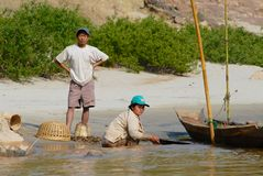 Os povos fazem o chapeamento de ouro no banco arenoso do Mekong River em Luang Prabang, Laos imagem de stock