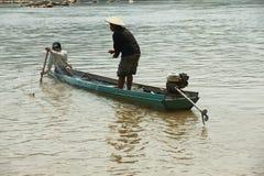 Os povos fazem a pesca com rede em Mekong River em Luang Prabang, Laos Imagens de Stock