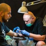 Os povos fazem tatuagens na 10o convenção internacional da tatuagem no centro da Congresso-EXPO Imagem de Stock Royalty Free
