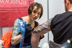 Os povos fazem tatuagens na 10o convenção internacional da tatuagem no centro da Congresso-EXPO Imagem de Stock