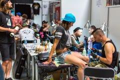 Os povos fazem tatuagens na 10o convenção internacional da tatuagem no centro da Congresso-EXPO Fotografia de Stock