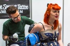 Os povos fazem tatuagens na 10o convenção internacional da tatuagem no centro da Congresso-EXPO Fotografia de Stock Royalty Free