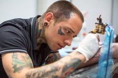 Os povos fazem tatuagens na 10o convenção internacional da tatuagem no centro da Congresso-EXPO Foto de Stock Royalty Free
